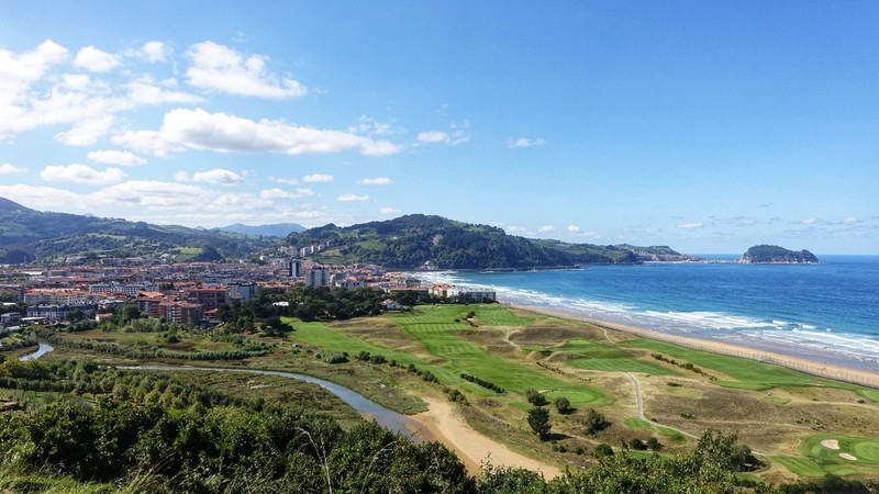 Approaching Zarautz - lovely looking golf course in the foreground, but no time to have a round (sigh!)
