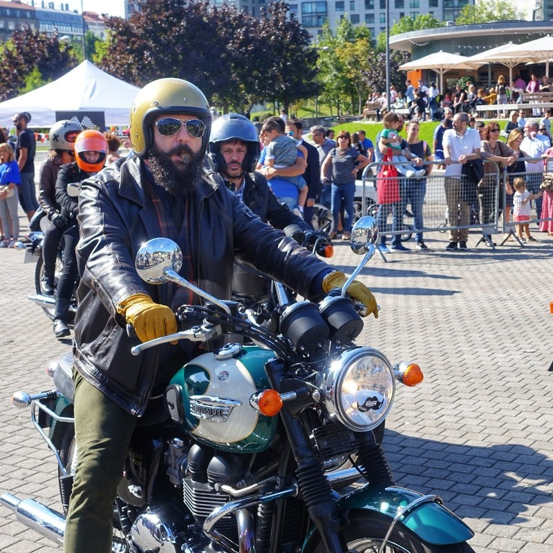 Cigar-puffing gentleman pulls in for the festival - Bilbao