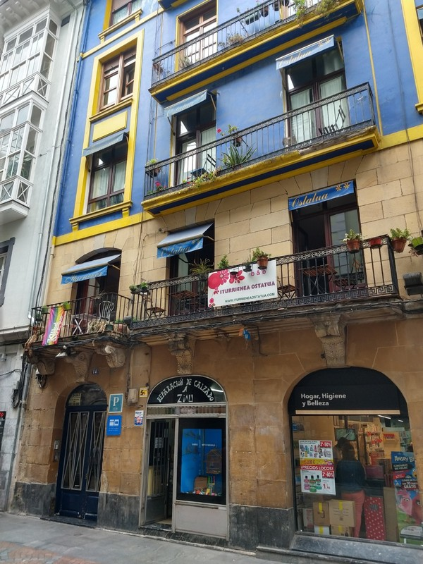 Bilbao accommodation - lovely large room - excellent hosts (and a vivacious Vietnamese lady speaking v good English)
