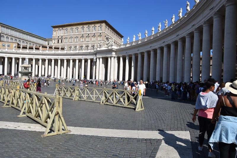 The queue outside the Basilica Papale di San Pietro