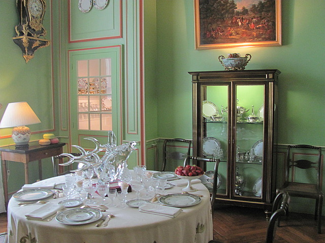 Dining room at Chiverny, note the china