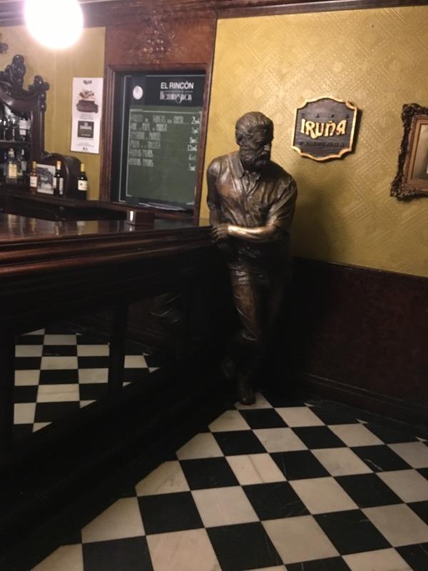 Hemingway statue at Café Uruña Pamplona