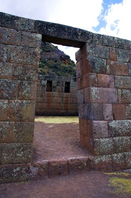 Doorway_at_Pisac.jpg