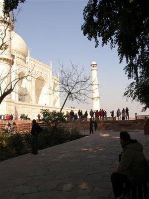 Watching_Taj_Mahal.jpg