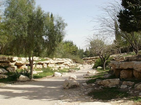 walkway to Ben Gurion's gravesite