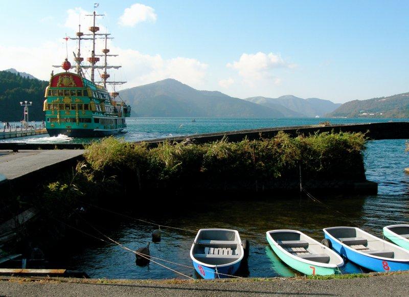 large_Hakone_lake_boat_est.jpg