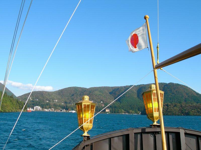 large_Hakone_ship_lake_flag.jpg