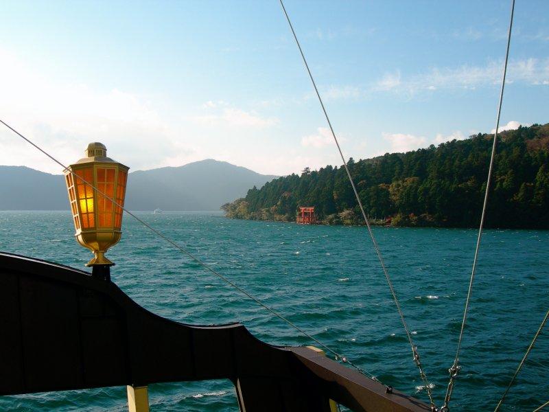large_hakone_ship_lake_tori.jpg