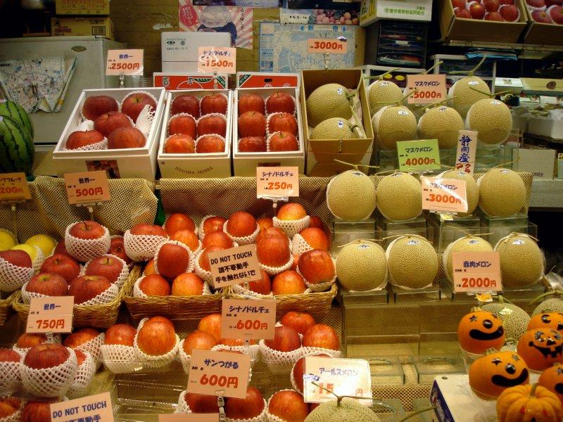 large_tokyo_fruitshop1.jpg