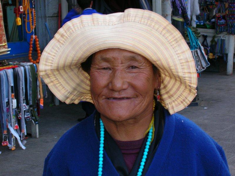 Une tibetaine souriante qui nous envoyait des becs!