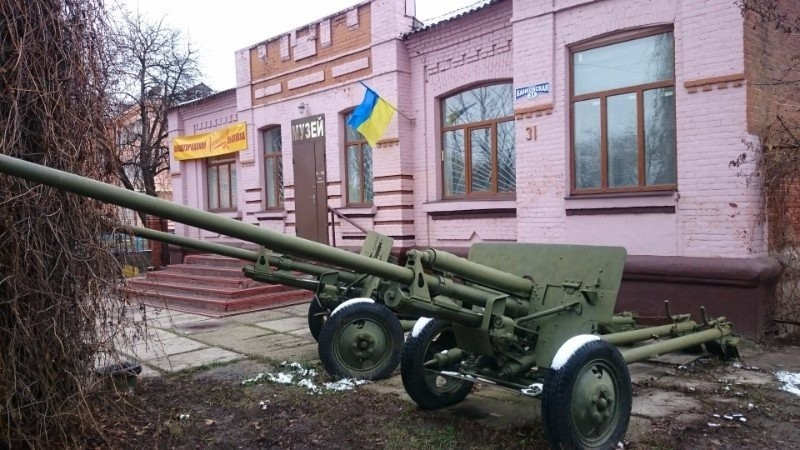 Visiting the local lore museum in Sloviansk: at the entrance to the museum