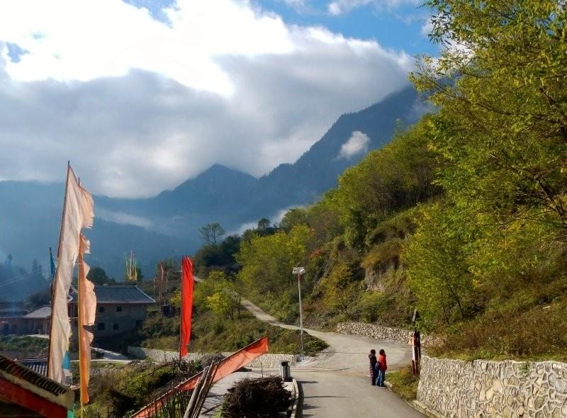 Zhongcha village - brushing a clean street, it reminded of Switzerland