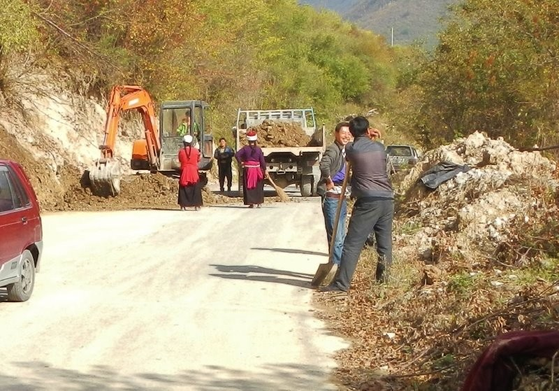 Zhongcha village - road work, the ladies with their brooms