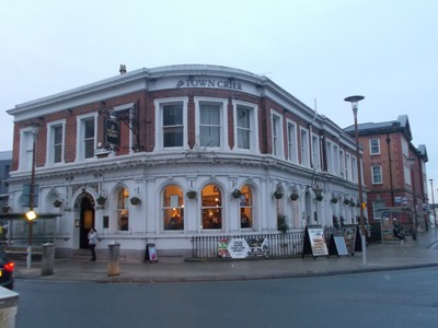 CHESTER. Pub with meals, near rail station.