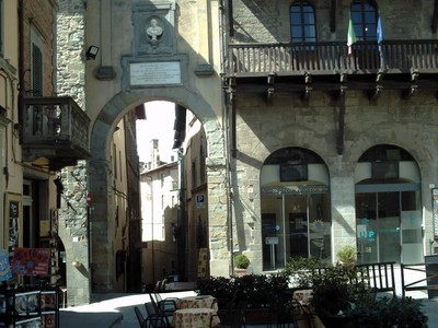 CORTONA ,ITALY. --  Another  steep hill  through  Arch.