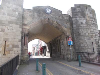 CAERNARFON  WALES  UK.  Gateway in Town Wall.