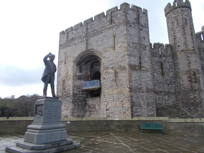 CAERNARFON  WALES  UK   Castle and statue of David LLoyd George, erected in 1921.  MP  for Caernarfon 1890 to 1945.