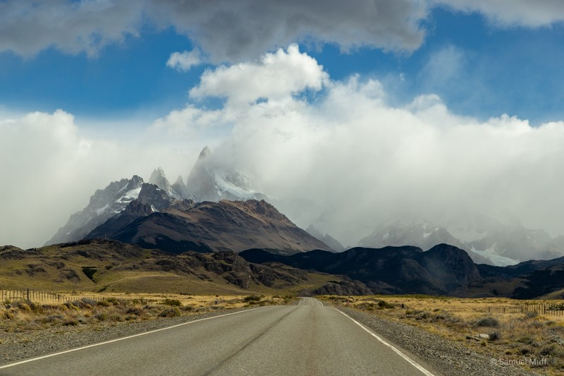Highway approaching El Chaltén with cloudy views of the Fitz Roy range
