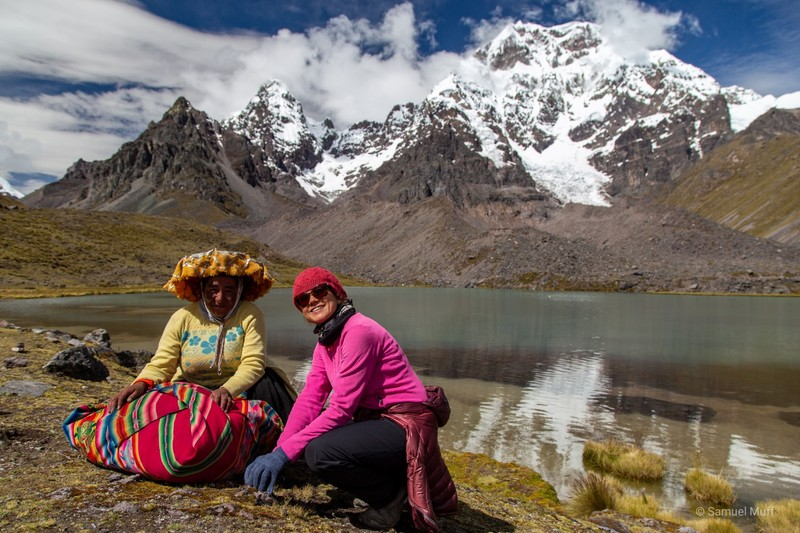 Marta and a Peruvian woman in traditional clothing in front of Ausangate (6384m)