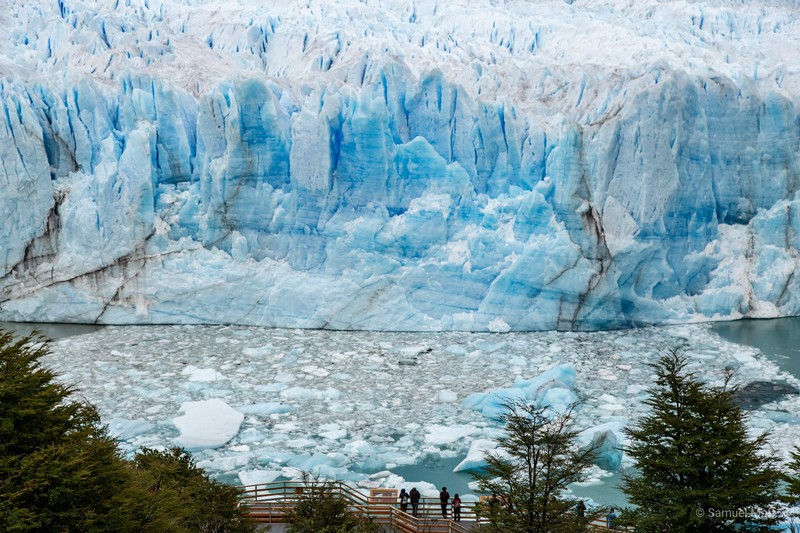 Central wall of the Perito Moreno glacier (over 70 meters tall) with boardwalks and people at the bottom