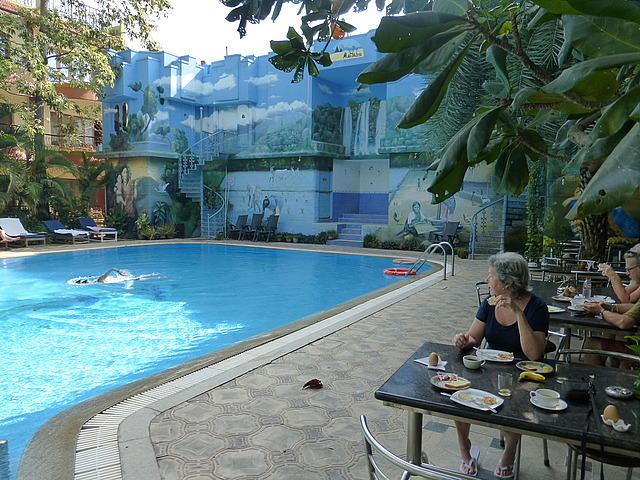 Hotel Mahabs - breakfast by the pool