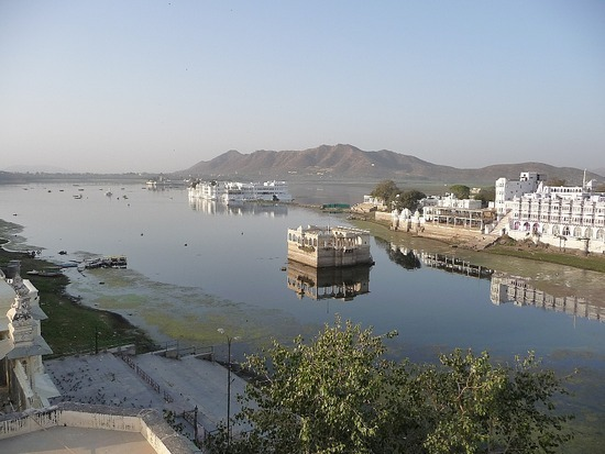 Hotel roof restaurant - View of Pichola lake
