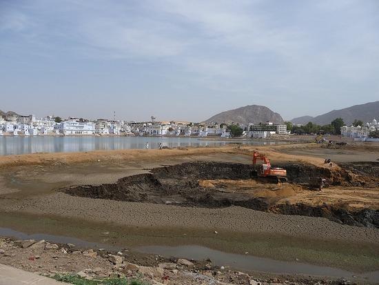 Around Pushkar Lake 7 - Digging out the mud!