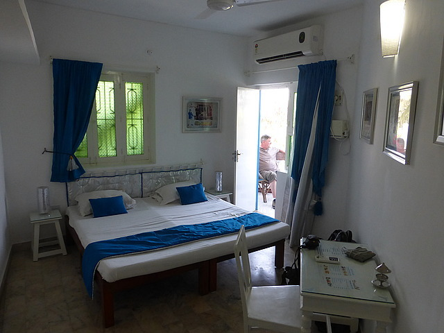 L'Escale Guest House - room with glimpse out to ba
