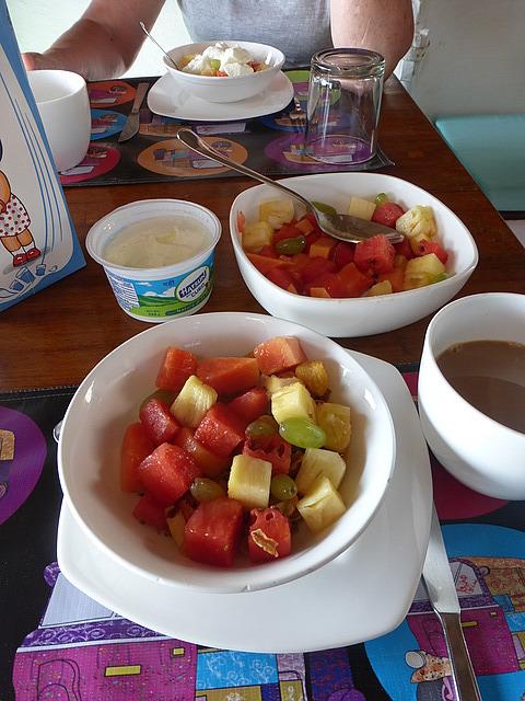 L'Escale GH bkfast fresh fruit, muesli, curd