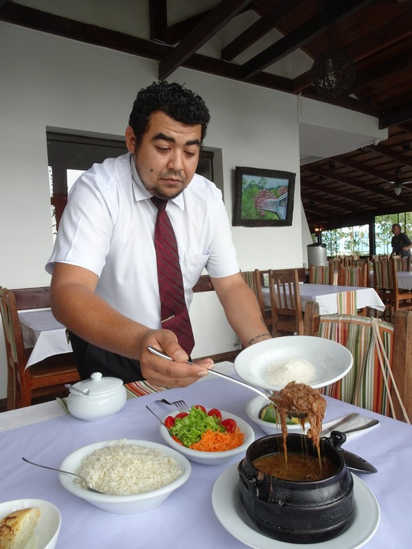 Barreado lunch at Casa do Rio - preparing the plate