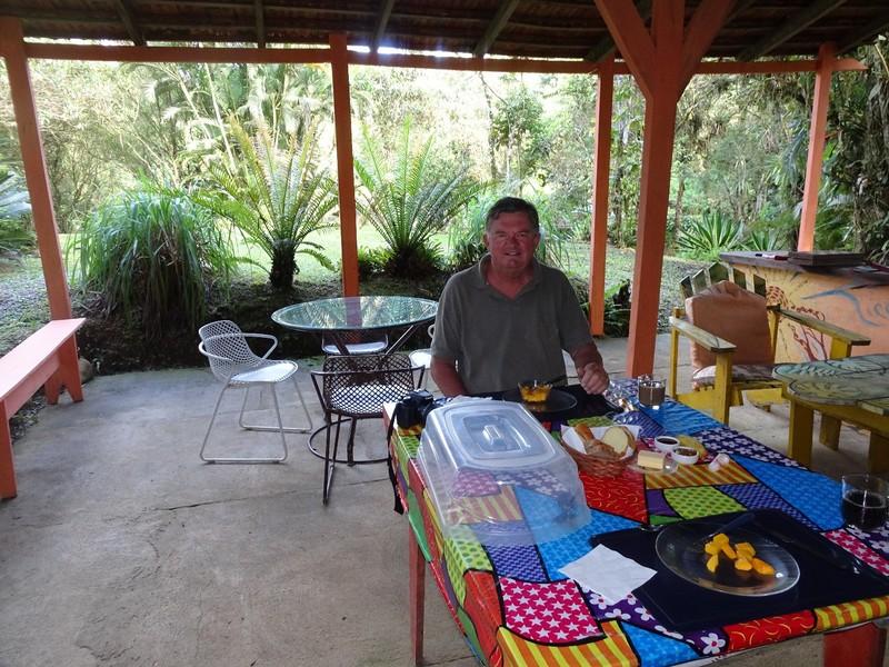 Pousada Cabanas do Curupira - breakfast area next to the forest