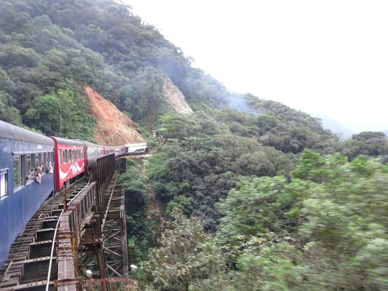 Serra Verde Express - on precipitous bridge on curve