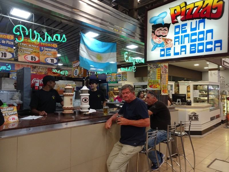 "Mercado Central - 'Promocion': 2 slices of pizza and a ""chopp"" (draft beer) for under 2 euros!"