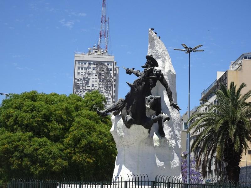 Avenida 9 de Julio - monument