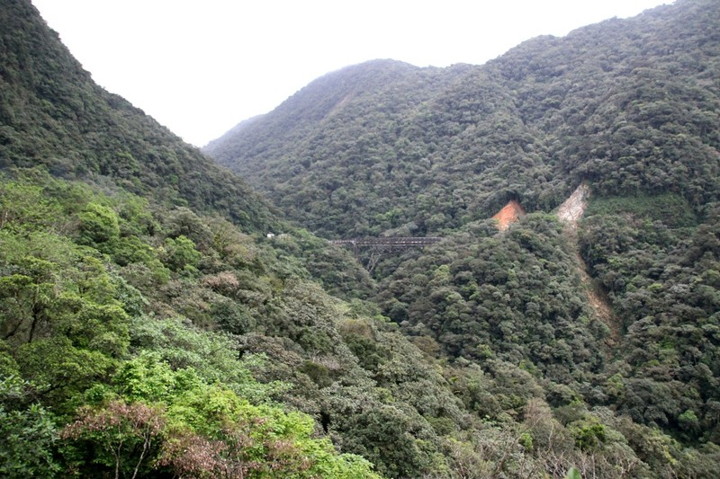 Serra Verde Express - approaching precipitous bridge on curve