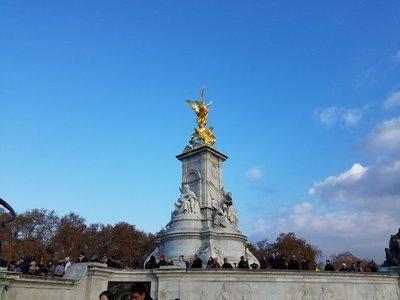 statue_in_.._buckingham.jpg