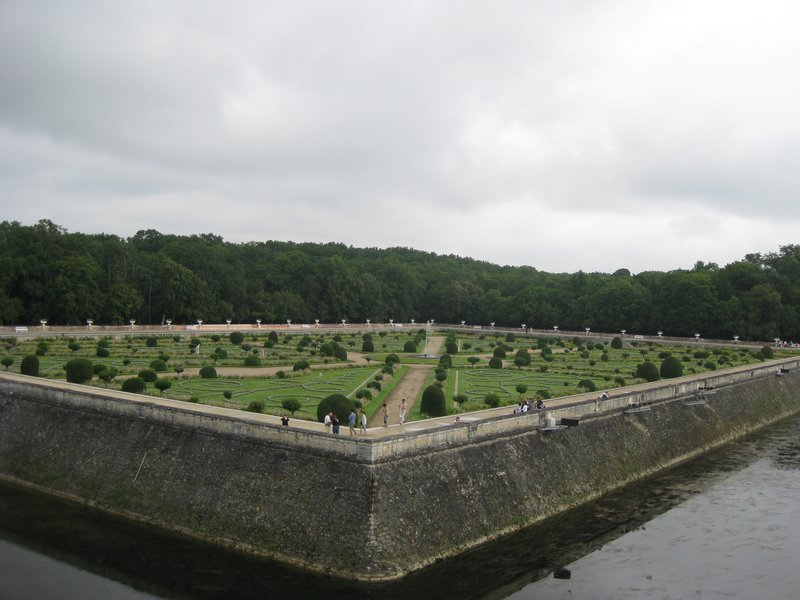 Chenonceau Garden Battle