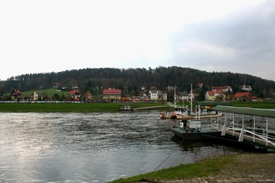 Elbe_river_ferry_tow.jpg